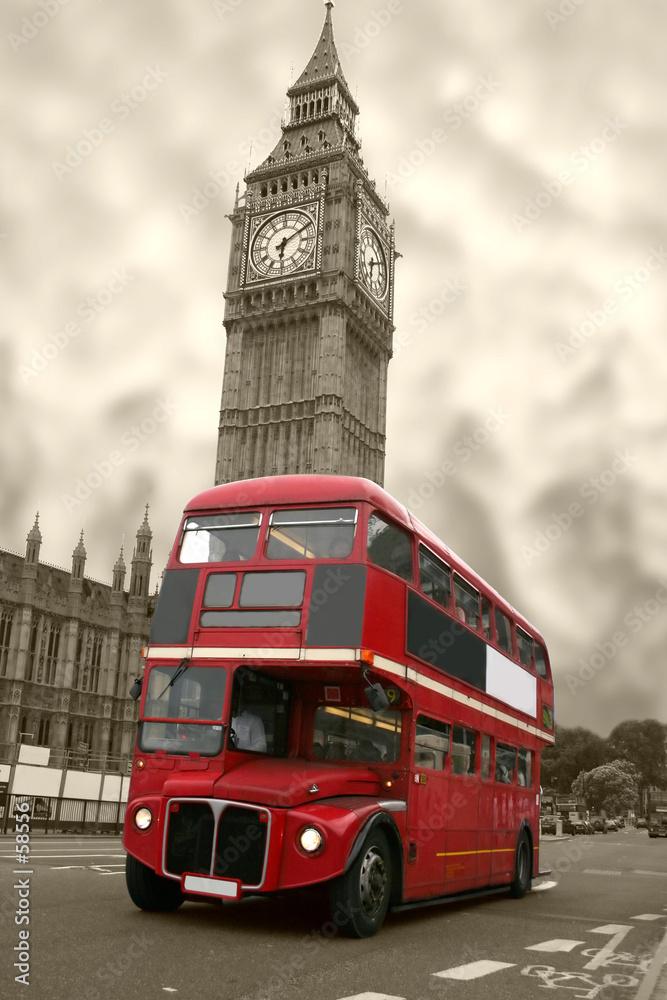 Wiekowy Big Ben i czerwony autobus - powiększenie