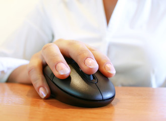 hand on the mouse