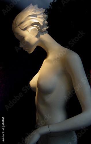 mannequin nu dans le noir poster