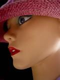 mannequin au chapeau rose poster