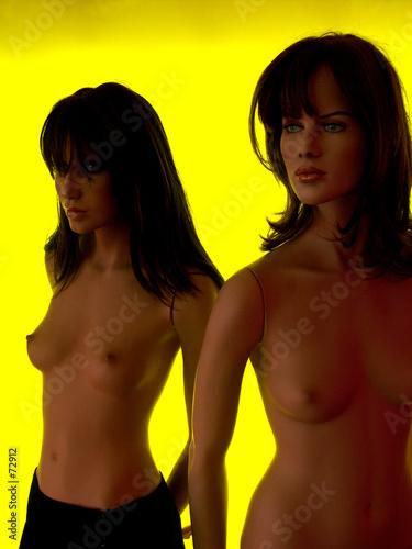 poster of mannequins sur fond jaune