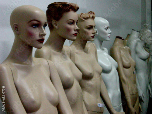 poster of mannequins avec et sans têtes