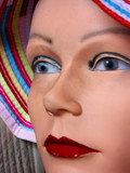 mannequin au chapeau bariolé poster
