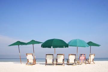 parasoles en la playa
