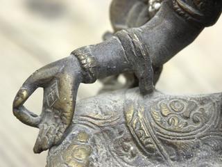 tara - détail main
