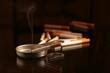 cigarette fume dans un cendrier