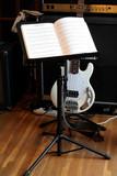 pupitre et une guitare bass poster