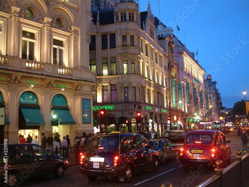 verkehr in london bei nacht