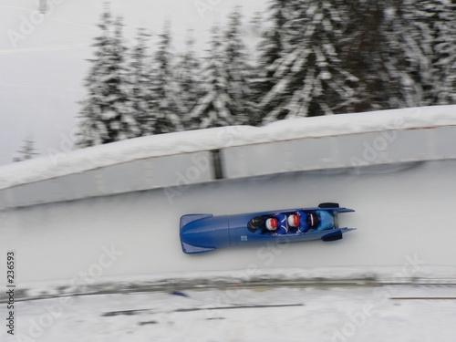Tuinposter Wintersporten un bobsleigh dans un virage