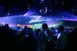 silhouetten von tanzenden jungen menschen