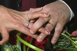 mains de mariés poster