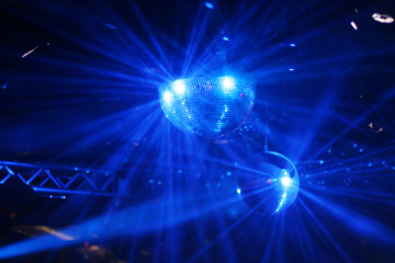 spiegelkugeln in einer discothek