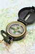 kompass auf einer karte