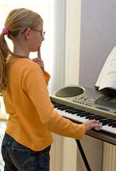 mädchen spielt keyboard