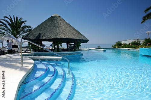 tiki-chaty-i-bar-przy-basenie-luksusowego-hotelu