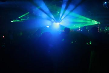 silhouetten von discotänzern