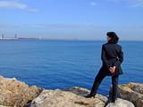 mujer mirando al mar poster