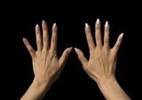 mains ouvertes sur tapis noir poster