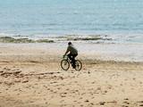cycliste en bord de mer poster