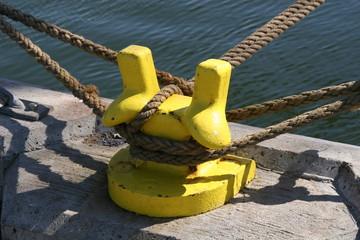 festgemachte schiffe an einem hafenpoller
