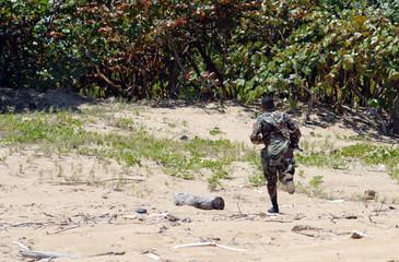 militaire courant sur la plage