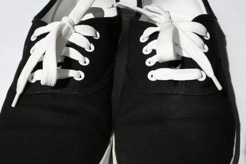 chaussures noires et blanches