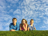 rodina na bylinkovém pod modrou oblohou