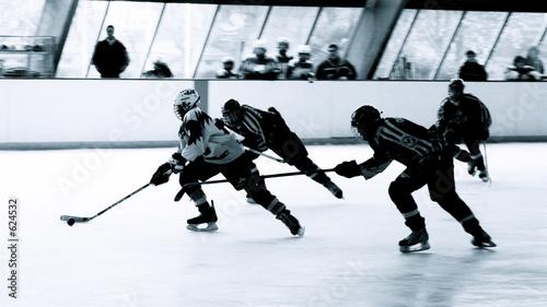 attaquant et défenseurs de hockey sur glace