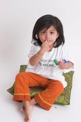 kind beim naschen