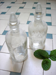 flacons et feuilles de menthe