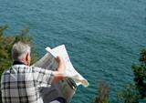 retraité lisant le journal poster