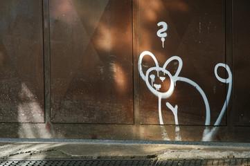 gemalte katze an hauswand mit fragezeichen