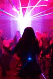 junge frau tanzend in einer disco poster