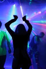 tanzende junge frau