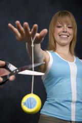 frau spielt mit jojo