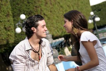 pareja de jovenes sonriendo
