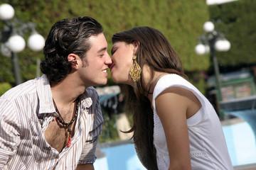 pareja de jovenes besandose