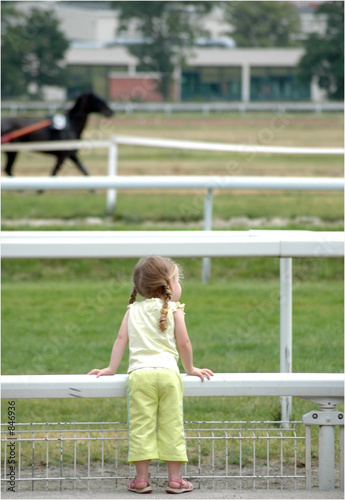 enfant regardant champ de course