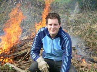 travailleur devant un feu