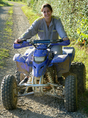 femme heureuse en quad