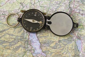 kompass mit wanderkarte
