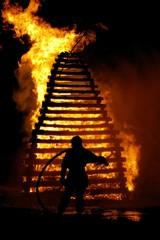pompier devant le bûcher