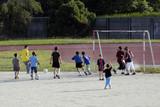enfants jouant au foot poster