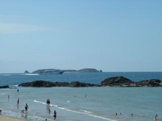 ferry devant la plage de st malo