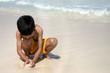 niño jugando en el mar