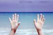 manos con arena