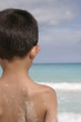 niño viendo el mar