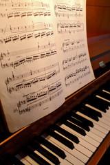 notenblatt mit klaviertasten
