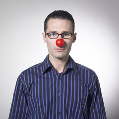 homme d'affaires et nez de clown