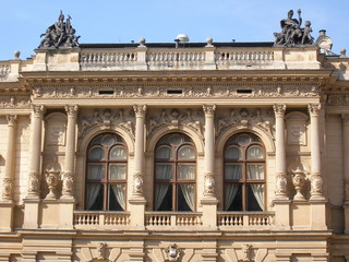 hausfassade klassizistisches theater in liberec